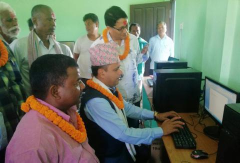 Mayor introducing computer education